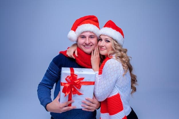 Lindo casal de natal segurando presentes