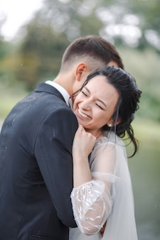 Lindo casal de noivos curtindo o casamento