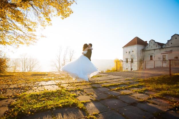 Lindo casal de noivos no pôr do sol