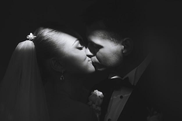 Lindo casal de noivos posando em silhueta
