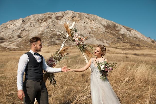Lindo casal de noivos recém-casados no verão ao ar livre