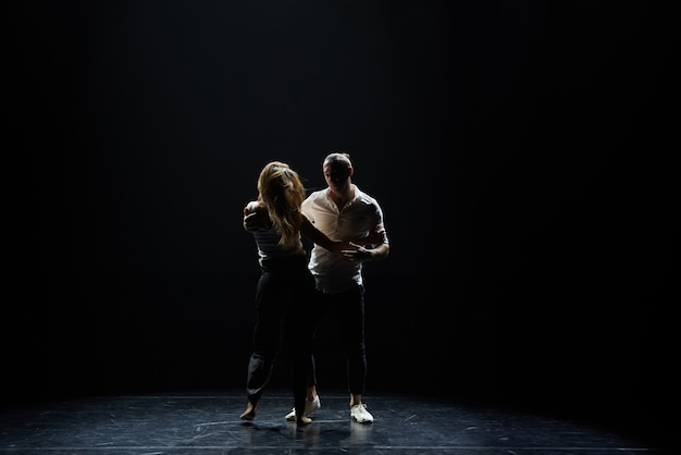 Lindo casal de salão pré-formando sua dança apaixonante de exibição