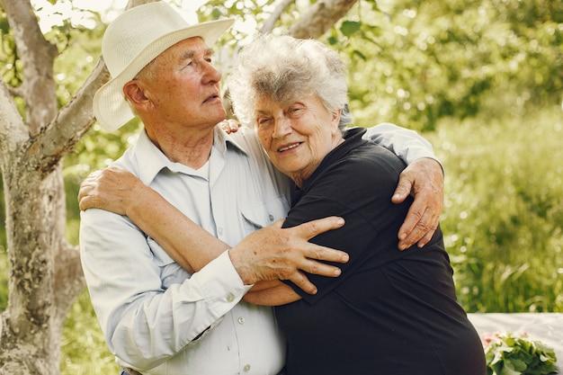 Lindo casal de velhinhos passando um tempo em um jardim de verão