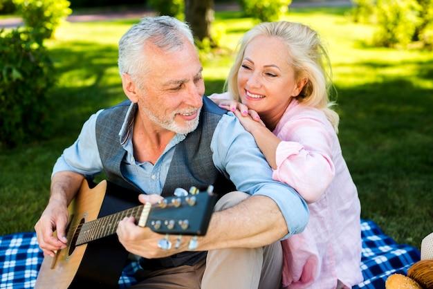 Lindo casal de velhos, tendo um bom tempo na natureza