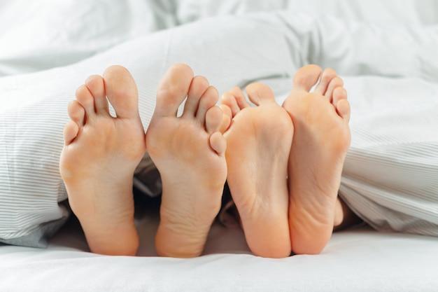 Lindo casal deitado juntos na cama