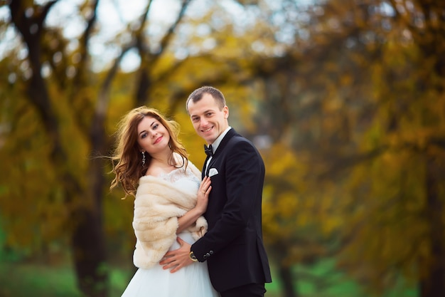 Lindo casal desfrutando abraço um do outro e sorrindo ternamente