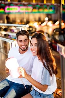 Lindo casal desfrutando algodão doce