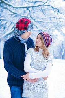 Lindo casal elegante em winter park em um fundo de natureza