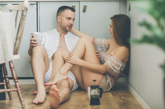 Lindo casal em casa