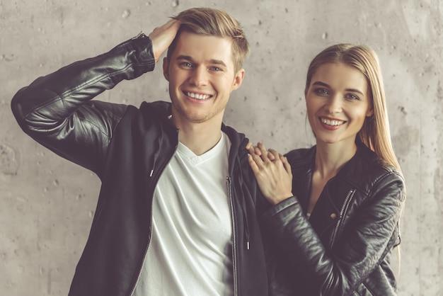 Lindo casal em jaquetas de couro
