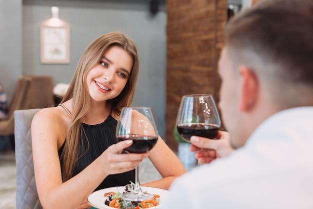 Lindo casal em um restaurante