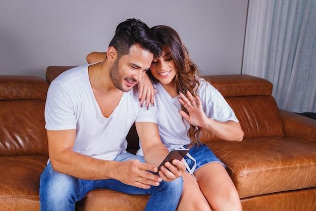 Lindo casal em videochamada com a família em quarentena
