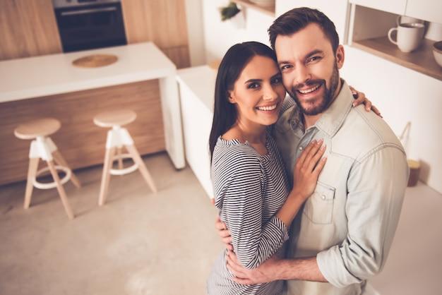Lindo casal está abraçando Foto Premium