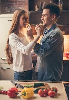 Lindo casal está se alimentando e sorrindo