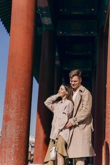 Lindo casal explorar atrações turísticas em pequim na china