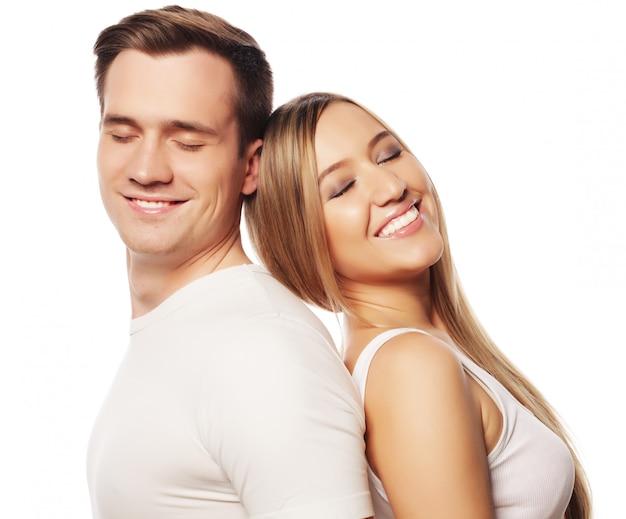 Lindo casal feliz abraçando