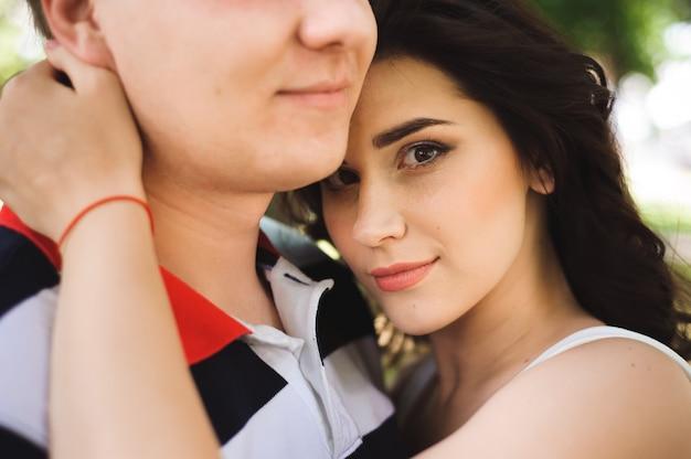 Lindo casal feliz em um parque de verão