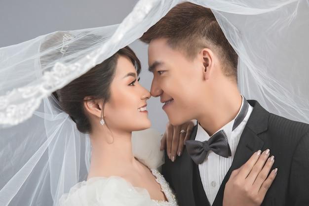 Lindo casal feliz no casamento em estúdio
