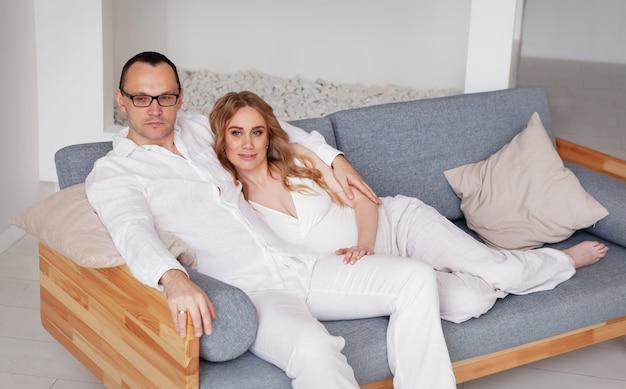 Lindo casal grávida lindo marido feliz esposa esperando um bebê gravidez de maternidade