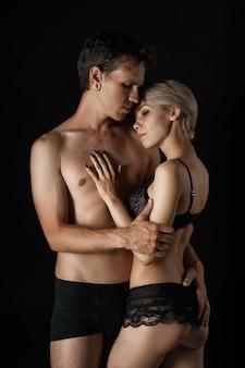 Lindo casal homem e mulher em roupa interior, abraçando o relacionamento