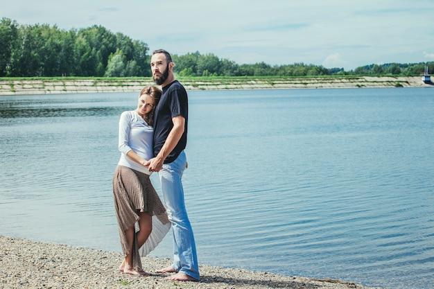 Lindo casal homem e mulher grávida apaixonados em um fundo