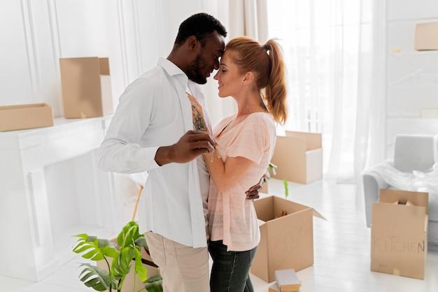 Lindo casal interracial se preparando para se mudar