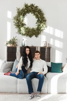 Lindo casal jovem apaixonado em meias com padrão de natal