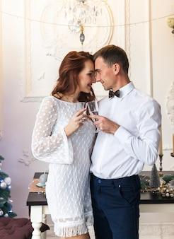 Lindo casal jovem comemorando o natal em casa