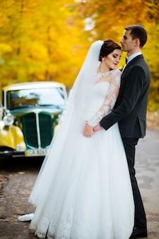 Lindo casal jovem elegante, desfrutando de um casamento bem sucedido beijo no país ou na ilha tropical