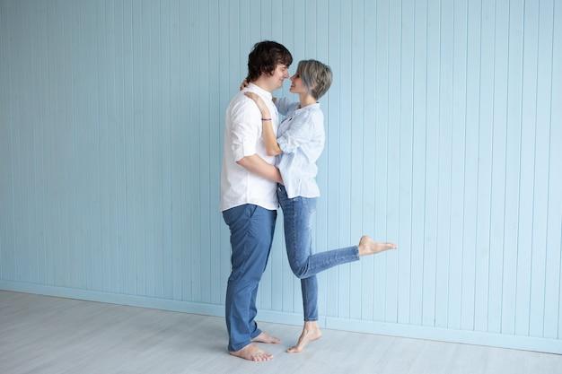 Lindo casal jovem em casa. abraçando, beijando e gostando de passar o tempo juntos enquanto comemoramos o dia dos namorados