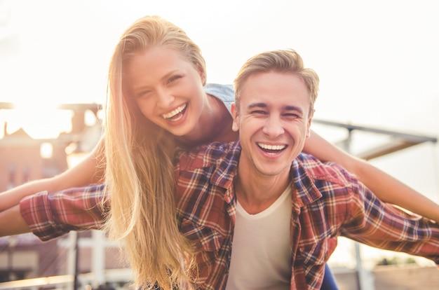 Lindo casal jovem está olhando para a câmera.