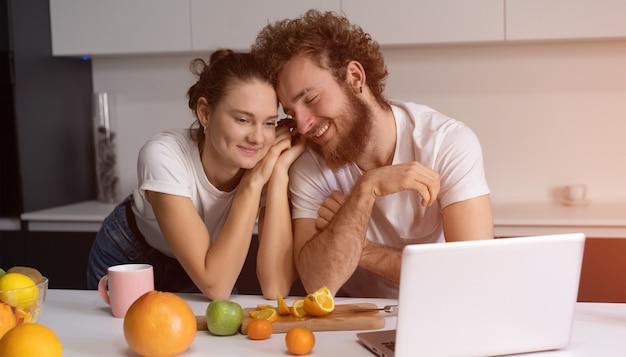 Lindo casal jovem falando em videochamada usando o laptop.