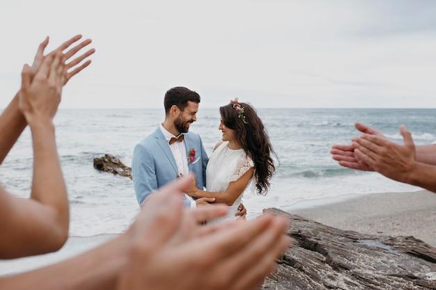 Lindo casal jovem fazendo um casamento na praia