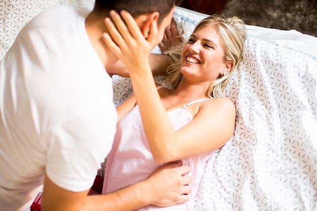 Lindo casal jovem feliz na cama