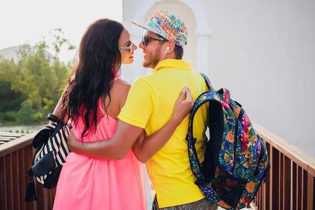 Lindo casal jovem hippie apaixonado, roupa elegante de verão, viajando com mochila, férias, óculos de sol, colorido, sorridente, feliz, positivo, romântico, abraçando