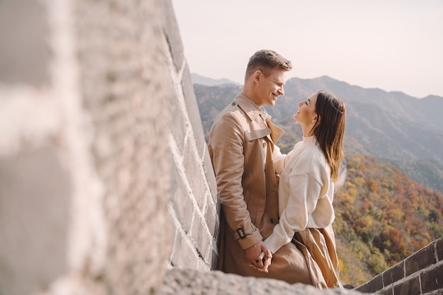 Lindo casal jovem mostrando carinho na grande muralha da china