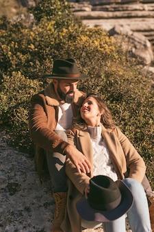Lindo casal jovem posando na natureza
