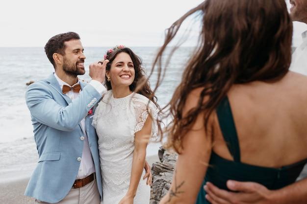 Lindo casal jovem se casando na praia