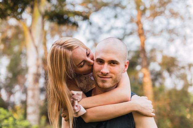 Lindo casal jovem se divertindo e se beijando ao ar livre