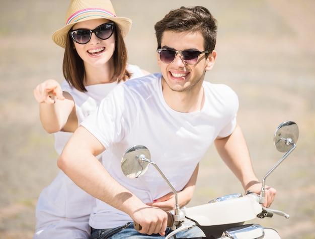 Lindo casal jovem se divertindo juntos em dia ensolarado.
