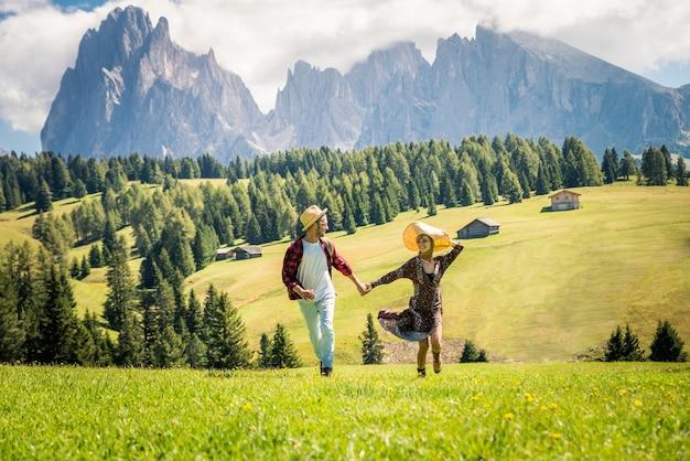 Lindo casal jovem viajando na itália dolomitas. dois amantes em um passeio de um dia na natureza