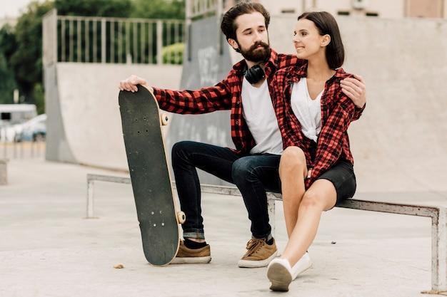 Lindo casal juntos no parque de skate