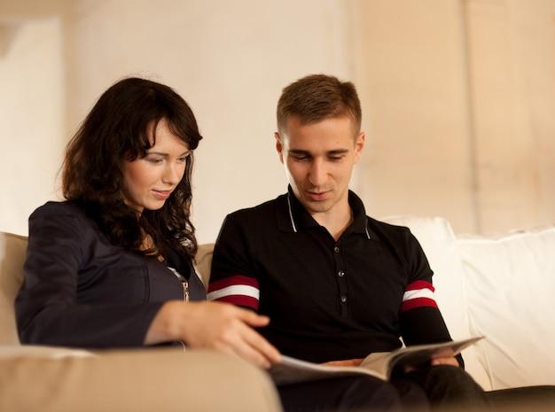 Lindo casal lendo um livro juntos