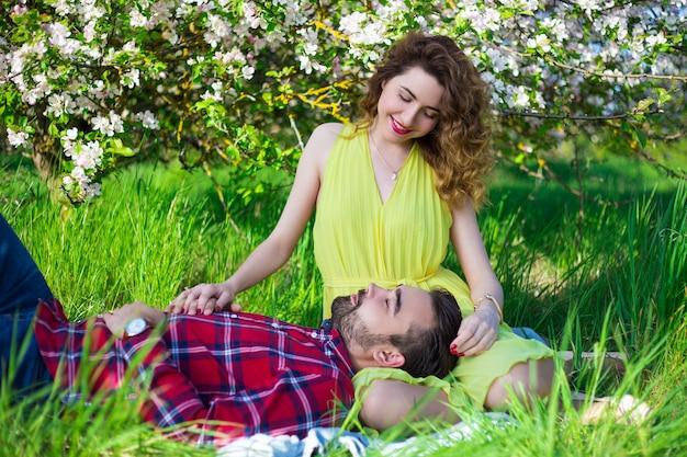 Lindo casal lindo sentado em um lindo jardim de verão