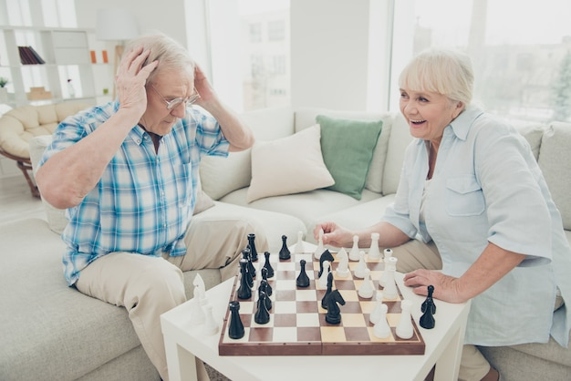 Lindo casal mais velho posando juntos dentro de casa
