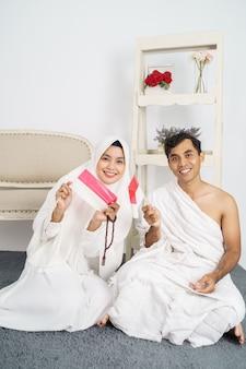 Lindo casal muçulmano hajj e umrah