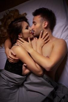 Lindo casal na cama
