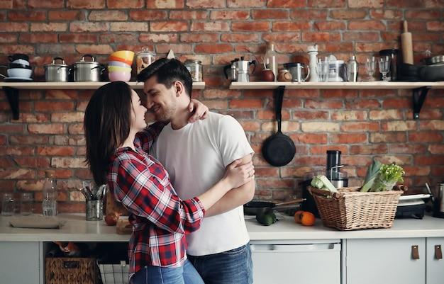 Lindo casal na cozinha