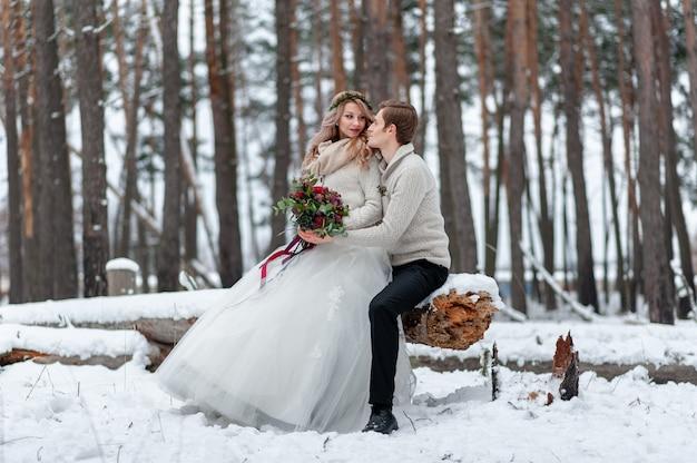 Lindo casal na floresta de inverno. momento antes de um beijo. copie o espaço