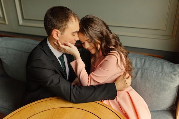 Lindo casal no café. noiva e noivo em um café.